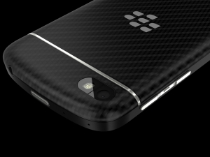 A new feature of the Q10 is its body, which features a back plate made of lightweight glass weave material in black.