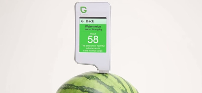 The device will show a green screen if the number of nitrates in the produce is within its normal range.