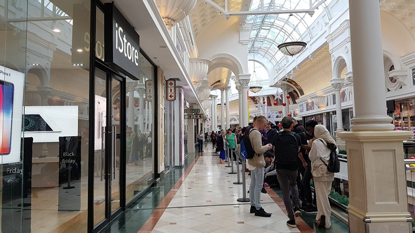 Lines outside the iStore in Cape Town this morning (Picture: Lindsey Schutters)